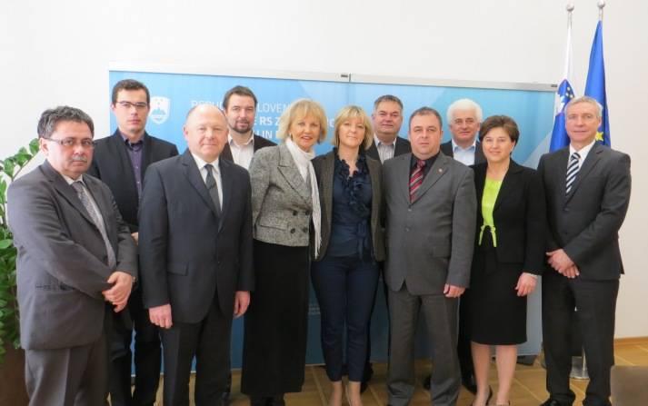 Ministrica Tina Komel s člani Komisije DZ za odnose s Slovenci v zamejstvu in po svetu