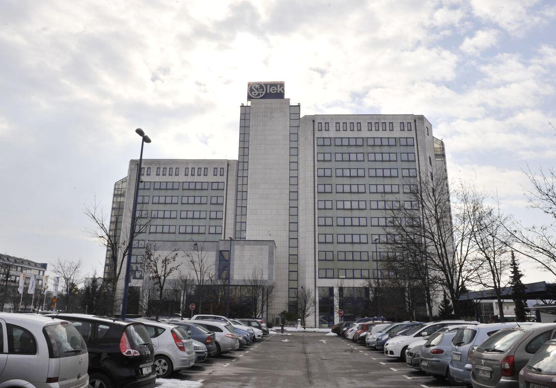 12 nadstropij upravne stavbe Leka v Ljubljani morajo očistiti dopoldanska dežurna čistilka in tri popoldanske čistilke. Foto: BoBo