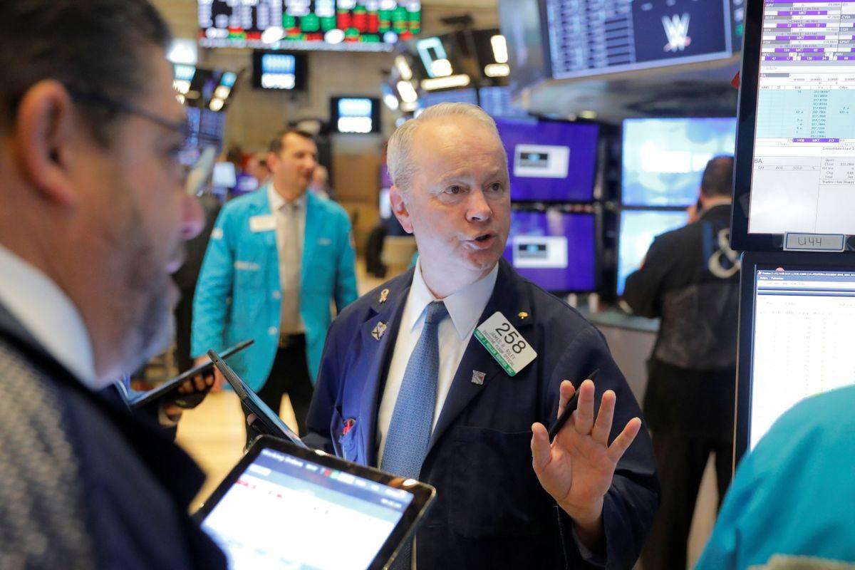 Samo mirno in brez panike! Dow Jones se je v ponedeljek znižal petič zapored, kar se ni zgodilo od avgusta. Njegova vrednost je zdrsnila na 28.535 točk in je bila s tem že nižja kot ob vstopu v leto 2020 (28.538 točk). Toda v torek je spet svetila zelena barva, ki označuje rast, Dow Jones je dan končal pri 28.722 točkah (+0,66 odstotka). Foto: Reuters