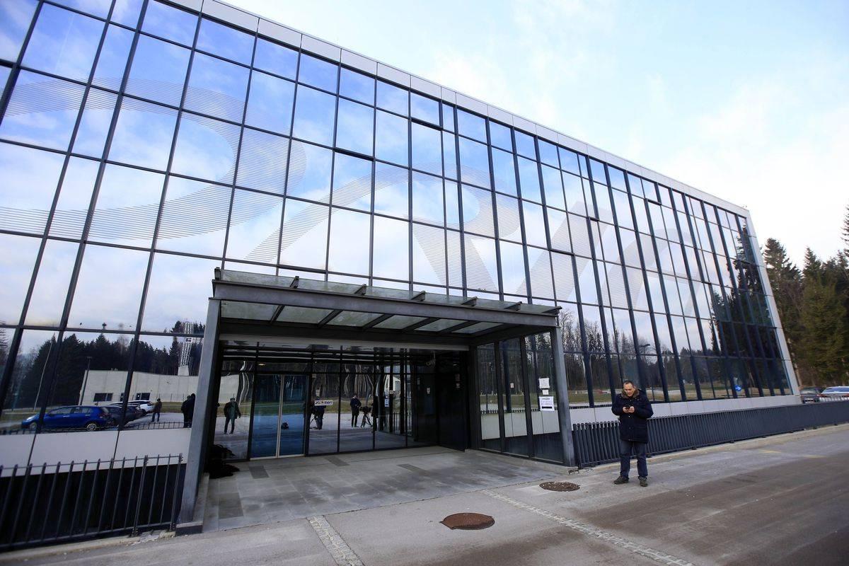 Poslovna zgradba Adrie Airways je vredna več milijonov evrov. Foto: BoBo