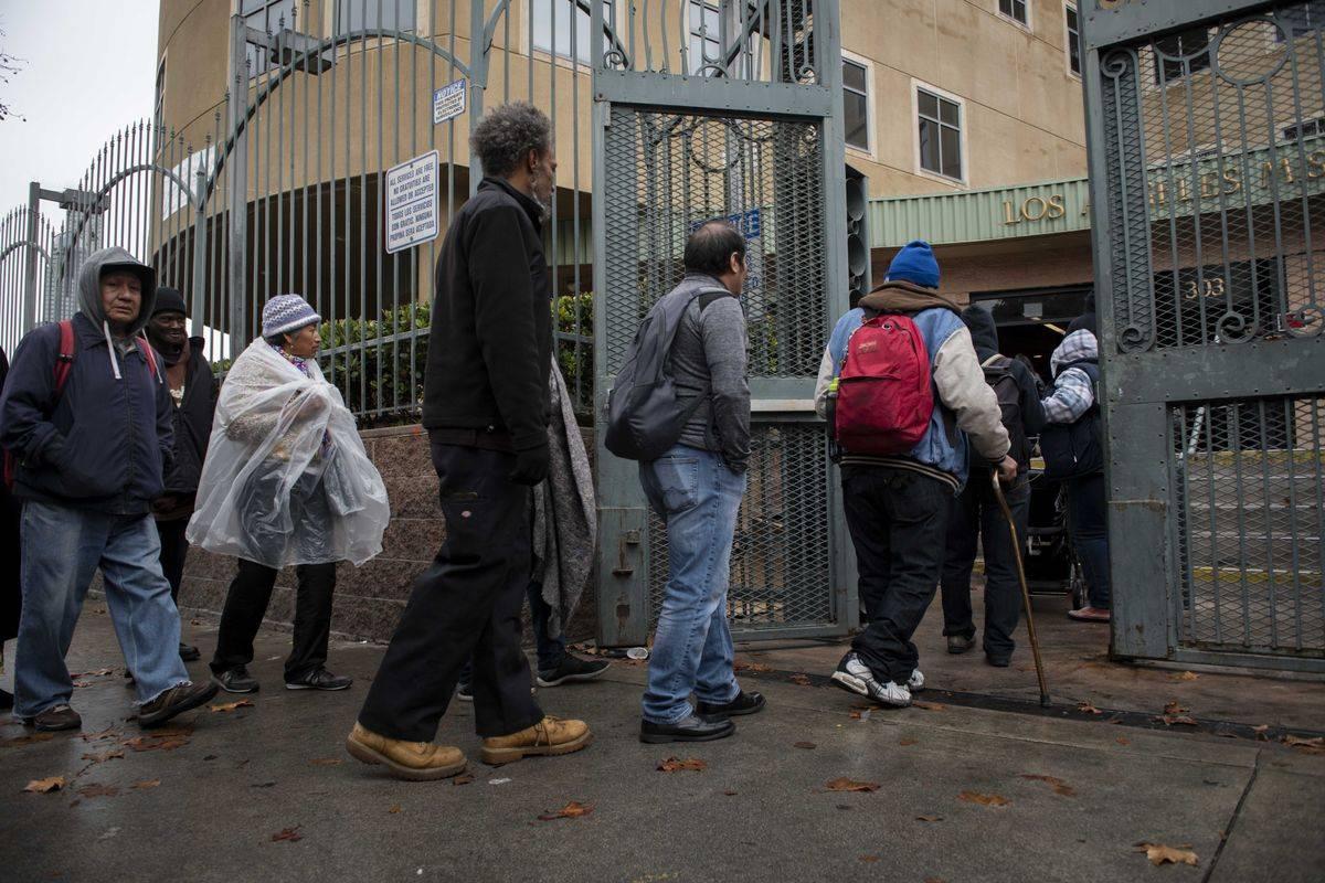 Brezdomci čakajo na brezplačen obrok hrane na božični večer v Los Angelesu. Foto: EPA