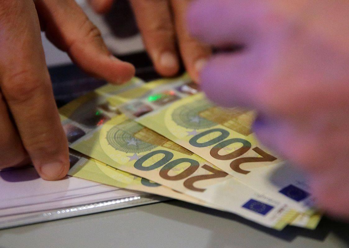 Po podatkih iz desetih bank je število potrošniških posojil v primerjavi z oktobrom upadlo za okoli 60 odstotkov, število stanovanjskih pa za okoli 40 odstotkov. Foto: Reuters