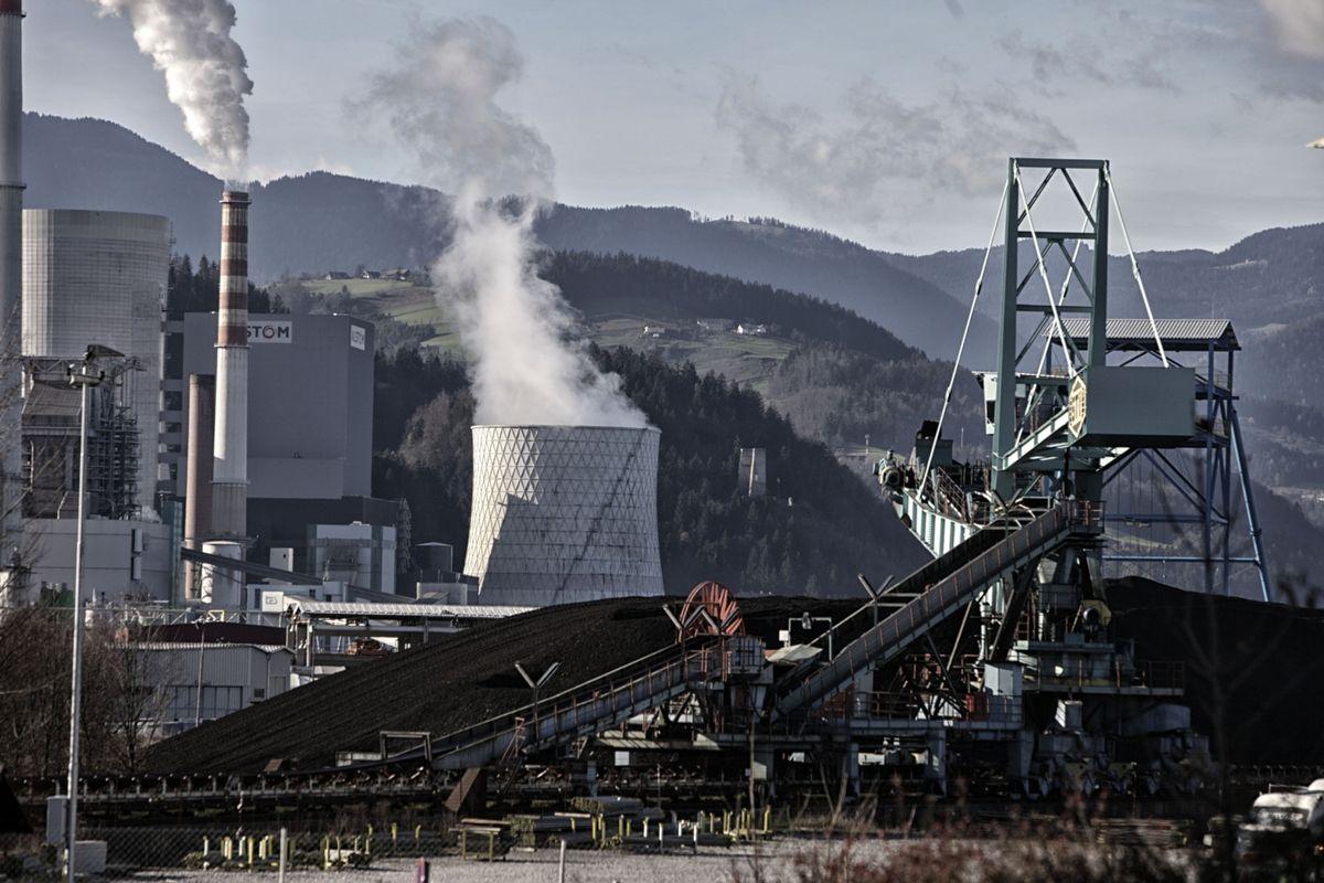 Oskrbo z elektriko in toplotno energijo zagotavljajo peti blok in plinski turbini. Foto: BoBo/Srdjan Živulović