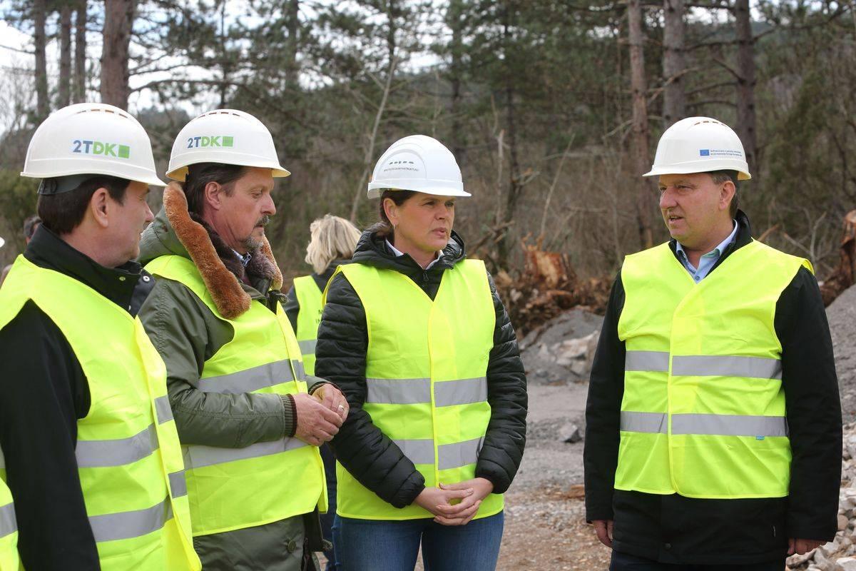 Ministrica za infrastrukturo Alenka Bratušek je zadovoljna s potekom projekta. Foto: BoBo