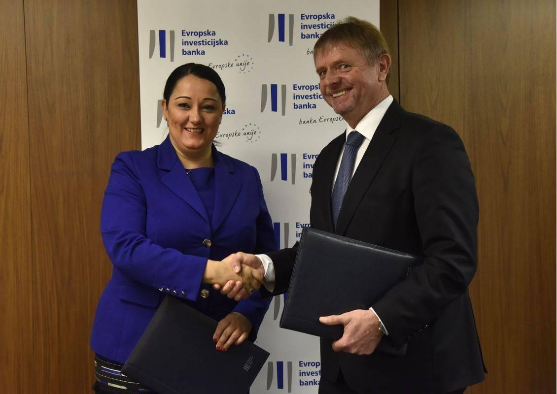 Podpisnika: na levi podpredsednica EIB-ja Liljana Pavlova, na desni predsednik uprave Darsa Tomaž Vidic. Foto: BoBo