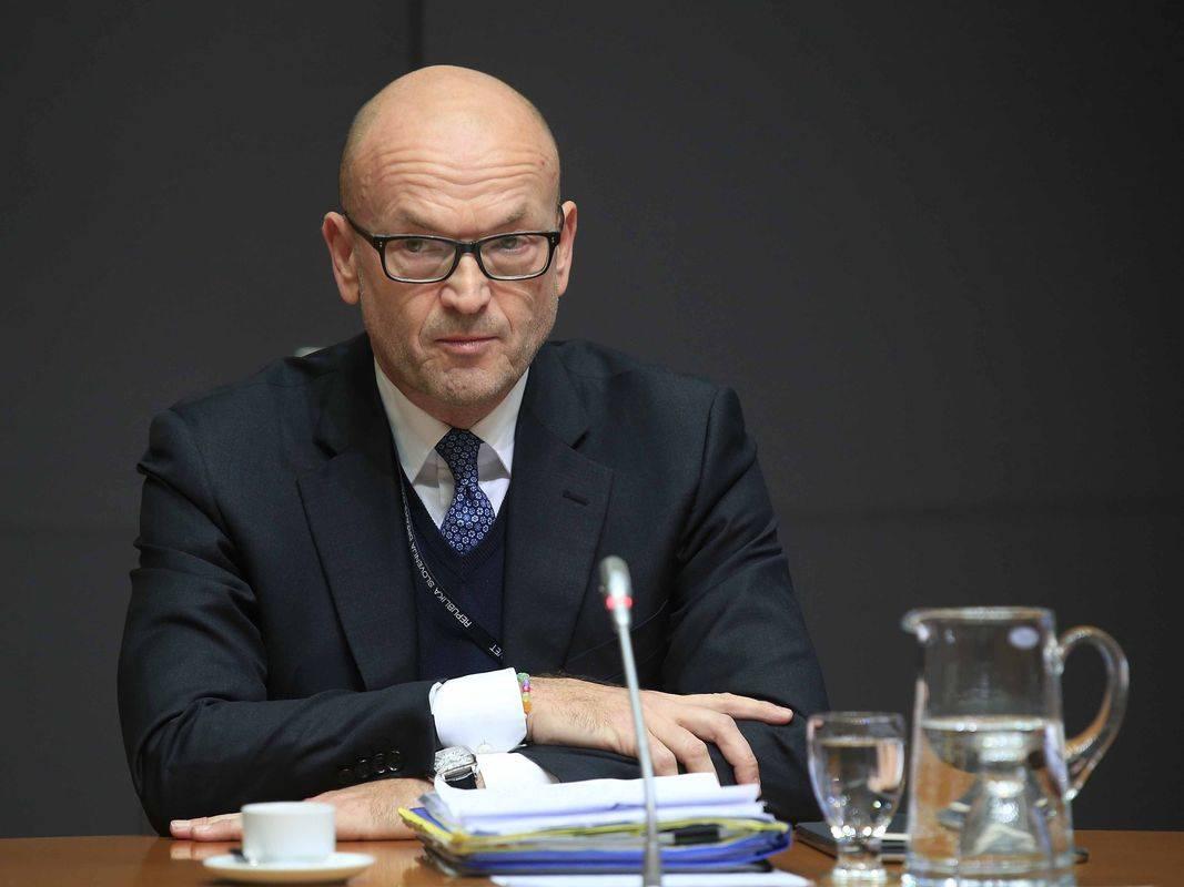 Pred preiskovalno komisijo DZ-ja o domnevnem pranju denarja v Novi KBM in domnevno nezakonitem financiranju SDS-a je pričal nekdanji guverner Banke Slovenije Boštjan Jazbec. Foto: BoBo