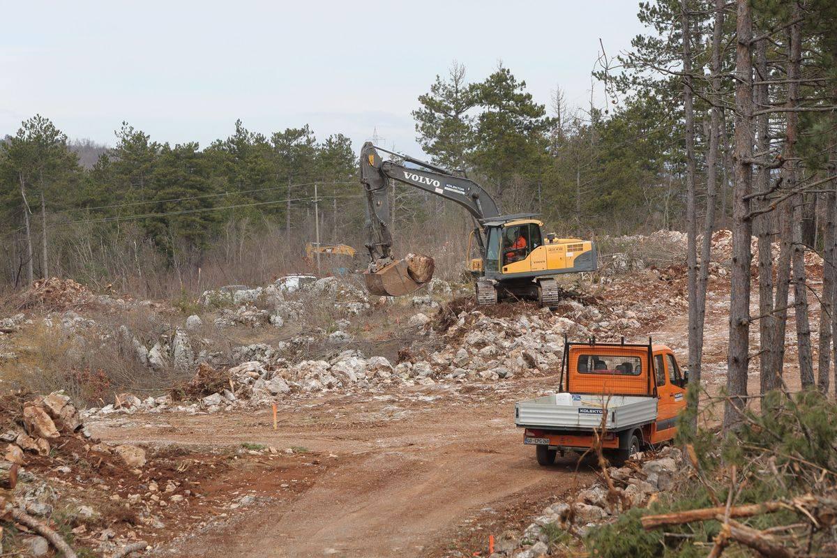 Na fotografiji gradnja dostopnih poti do prihodnjih gradbišč. Foto: BoBo