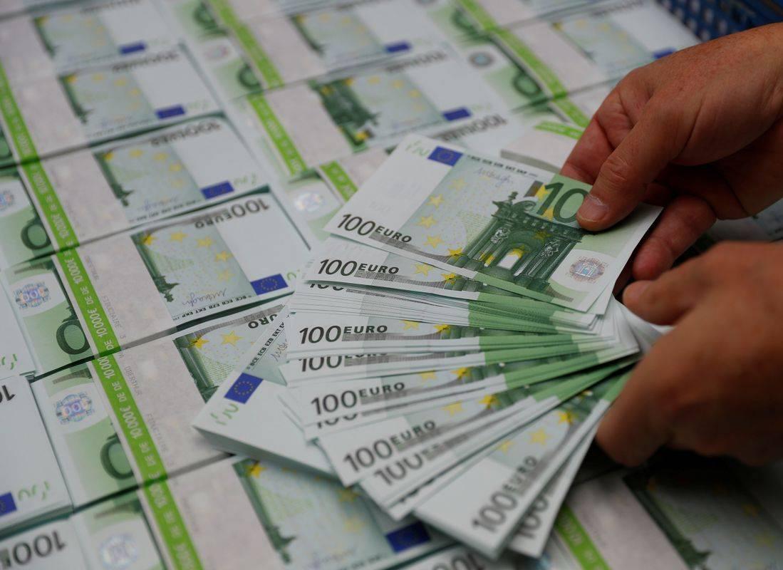 Lani je bila izrazita rast plač in socialnih prejemkov. Foto: Reuters