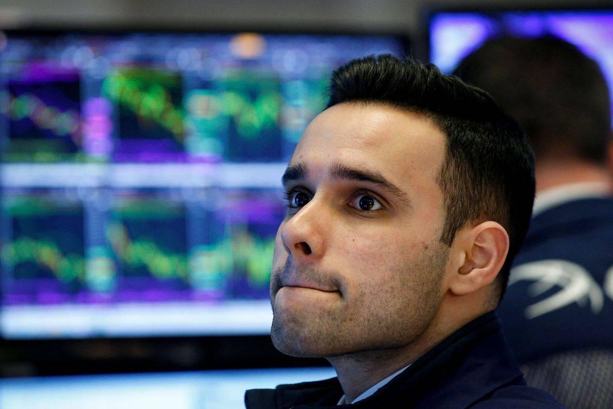 Če so se prejšnje krize začele s pretresi v finančnem sistemu, je bilo tokrat nemudoma prizadeto realno gospodarstvo. Recesija je tu, brezposelnost bo strahovito naraščala, vlade in centralne banke pa gasijo požar in pri tem obljubljajo, da bodo storile vse, da čim bolj zmanjšajo škodo. Delniški trgi so izjemno volatilni, v New Yorku je po krepkih ponedeljkovih izgubah včeraj sledila kar 11-odstotna rast Dow Jonesa. Foto: Reuters