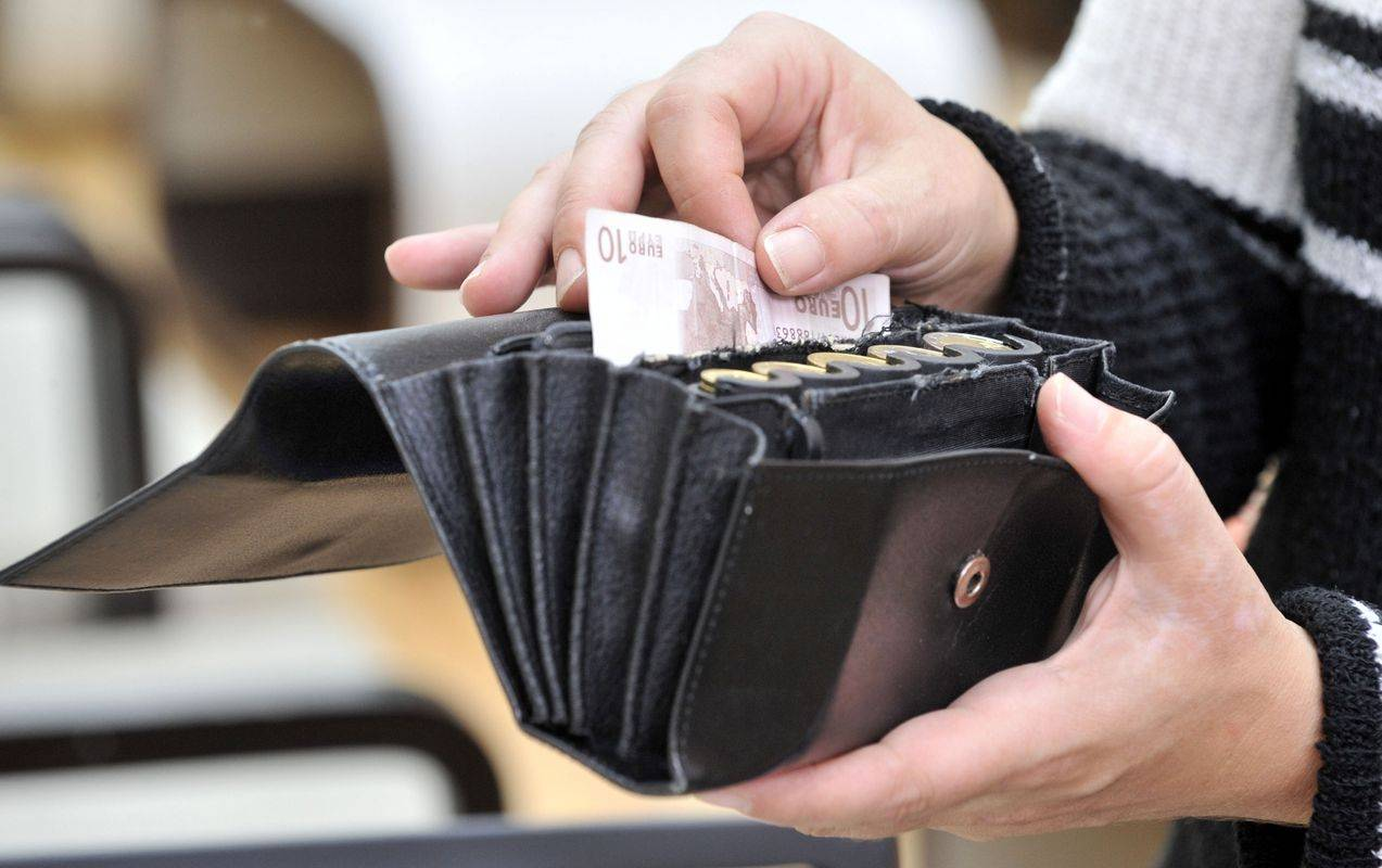 Za dodatna vprašanja s področja davkov za poslovne subjekte je na voljo tudi enotna telefonska številka za celoten Furs. Ta je 08 200 1003. Foto: BoBo