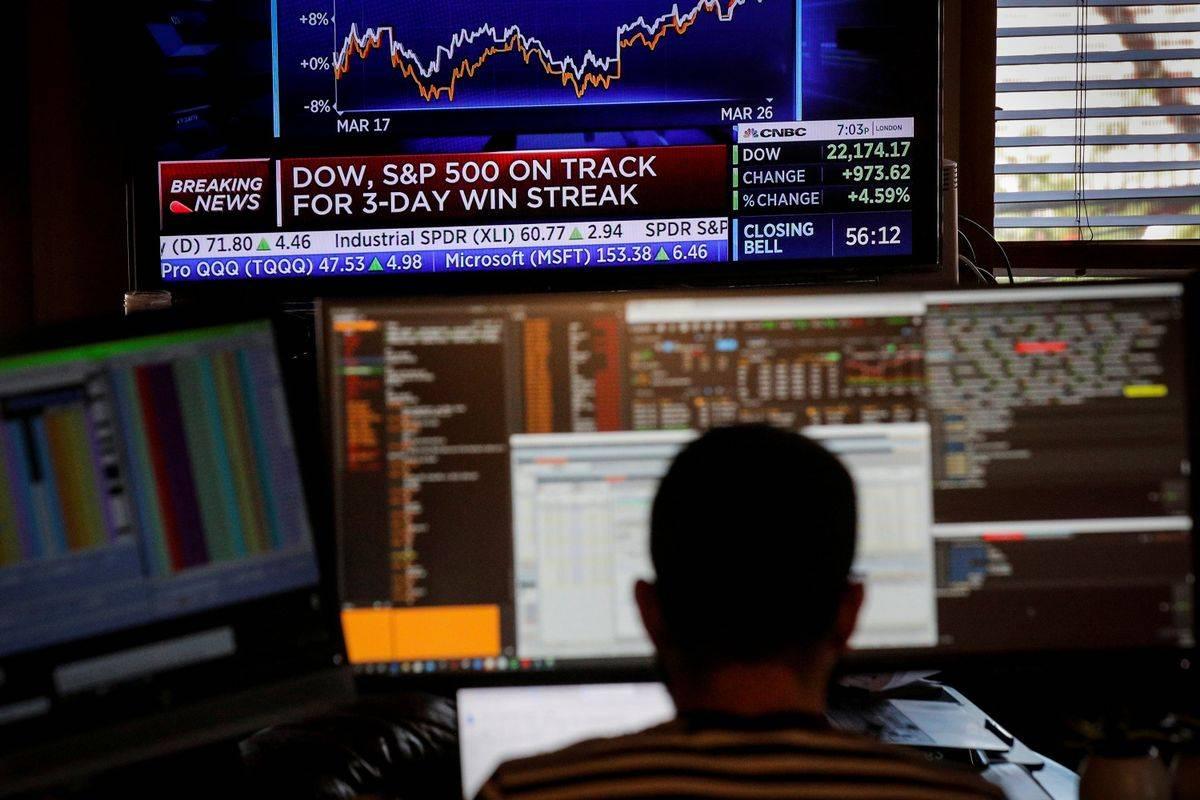 Newyorški delniški indeks Dow Jones je od ponedeljka do petka poskočil za skoraj 13 odstotkov (največ po letu 1938) in s tem nadomestil lep del izgub iz tedna poprej, ko je strmoglavil za 17 odstotkov, kar je bil najvišji tedenski polom po letu 2008. Rast je bila predvsem od torka do četrtka izjemna, kar 20-odstotna. Foto: Reuters