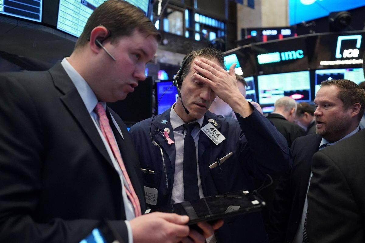 Newyorške borze je zajela panika, podobna tisti po zlomu banke Lehman Brothers leta 2008, pomagati ni mogel niti Fed, ki je na trgu repo posojil bankam ponudil likvidnostno pomoč v vrednosti več kot 50 milijard dolarjev. Včeraj je Dow Jones izgubil skoraj osem odstotkov, kar je največ po finančni krizi. Volatilnost, ki kaže strah vlagateljev, je strmo porasla in dosegla najvišjo raven po decembru 2008. Foto: Reuters
