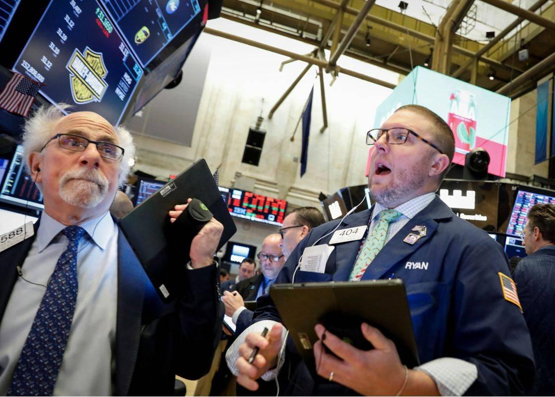 Po vedno novih rekordih je na Wall Streetu bliskovito sledila streznitev. V zadnjem tednu je elitni indeks Dow Jones padel kar za 12 odstotkov! Takšnega enotedenskega sesutja ni bilo že od leta 2008. V točkah (3.500 točk) je bil padec rekorden. Foto: Reuters