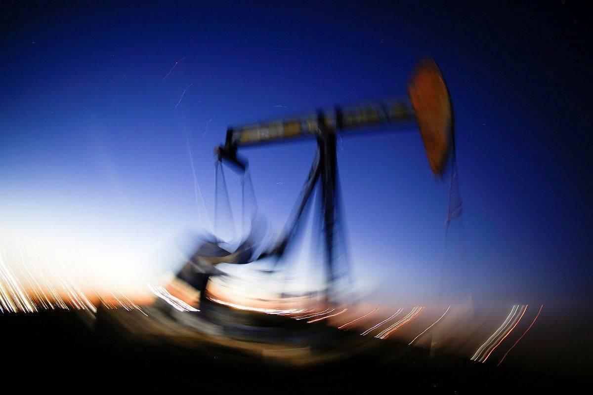 Hkraten šok na strani ponudbe in povpraševanja je sesul cene nafte, ki so zdaj najnižje v skoraj dveh desetletjih. Na začetku januarja je bil brent vreden še več kot 70 dolarjev, včeraj pa manj kot 22 dolarjev. Foto: Reuters