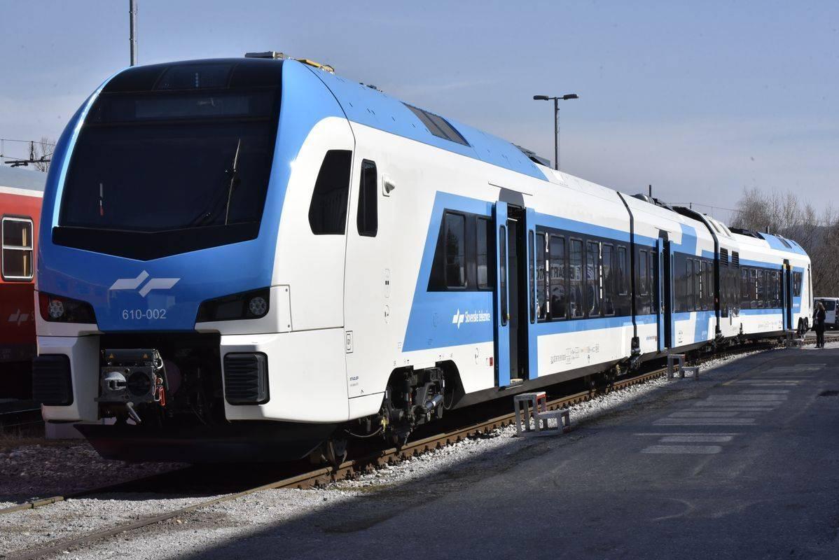 V Slovenijo je prišel prvi od naročenih 52 novih Stadlerjevih vlakov. Od teh bo 21 enopodnih in 10 dvopodnih električnih ter 21 enopodnih dizelskih vlakov. Foto: BoBo/Žiga Živulović jr.