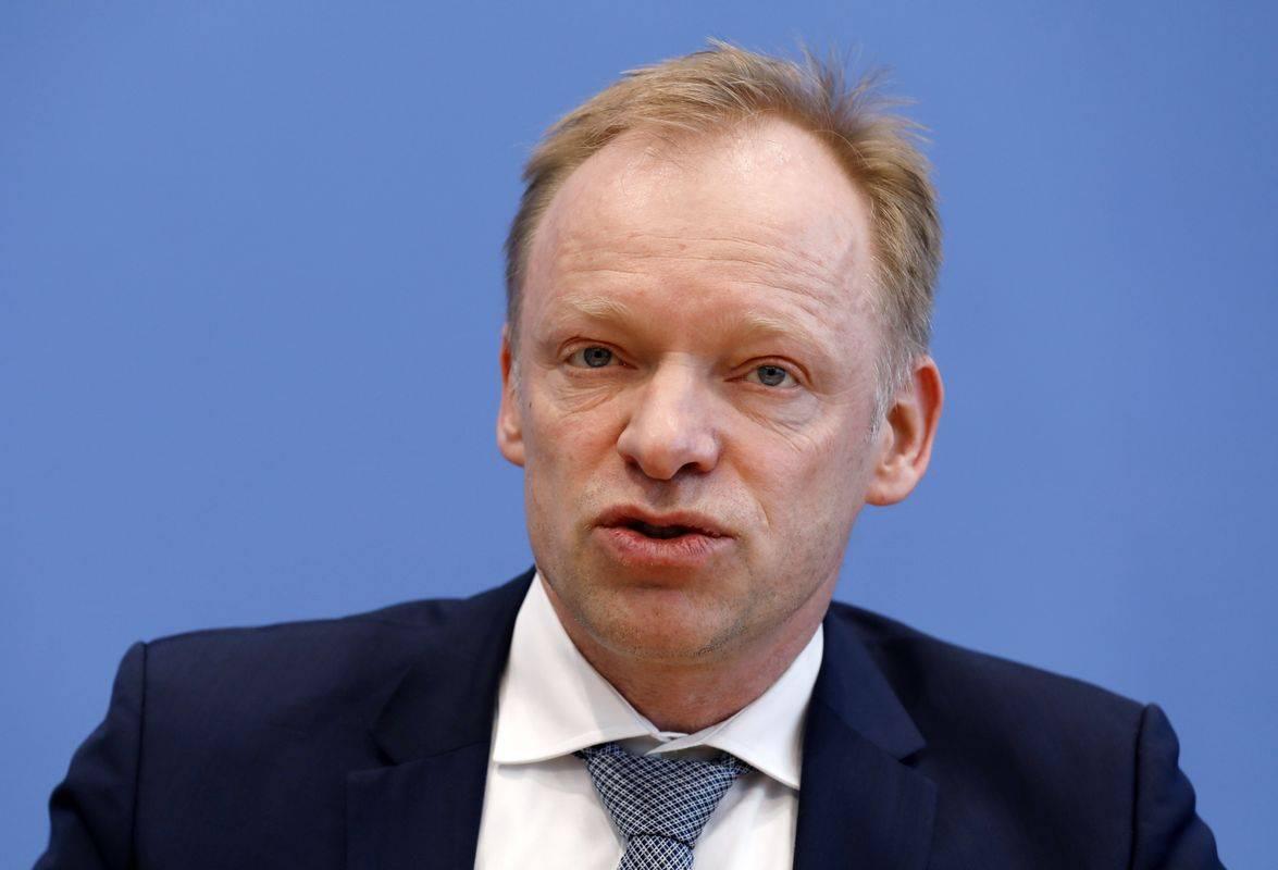 Predsednik inštituta Clemens Fuest pravi, da se BDP lahko skrči tudi za šesto odstotkov. Foto: EPA