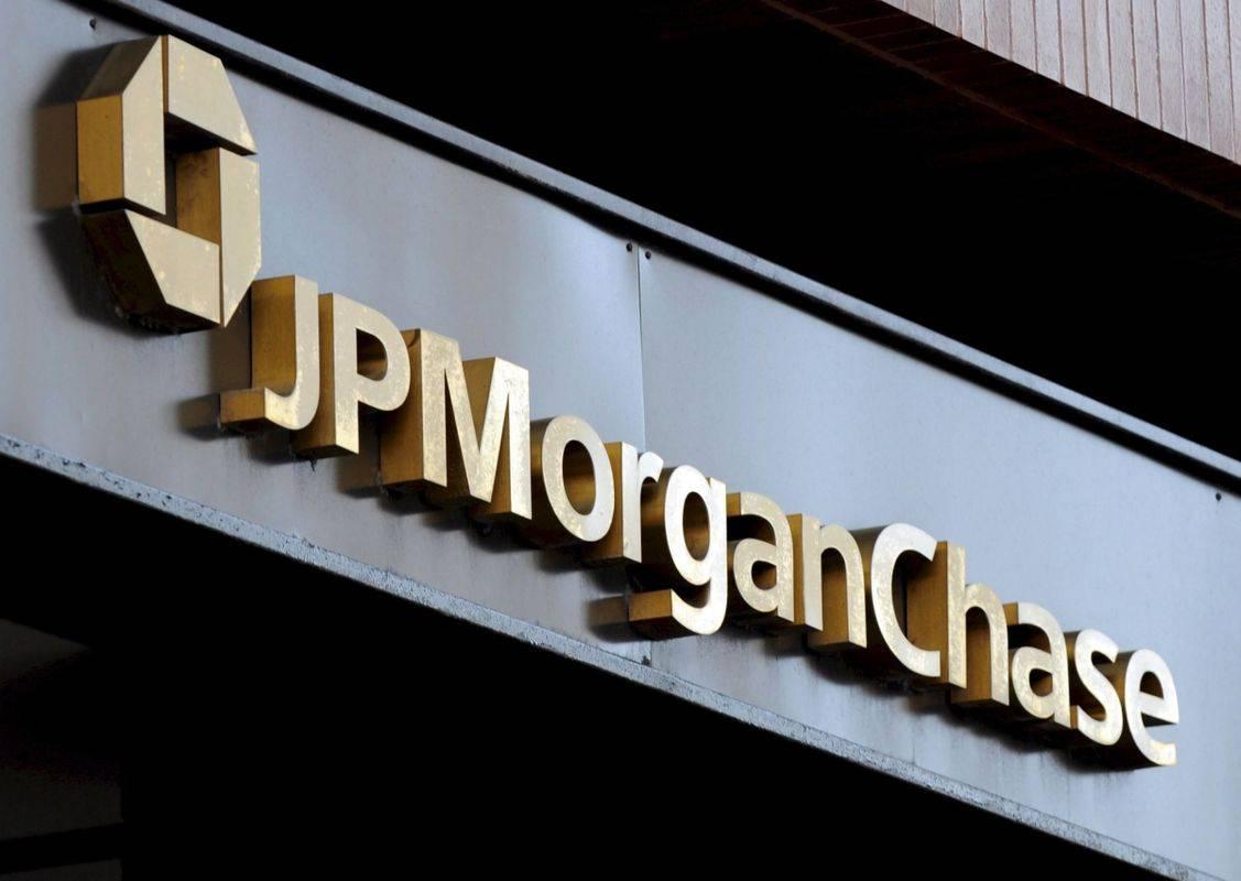 Tečaj delnic banke JPMorgan Chase je letos padel za 37 odstotkov, od tega včeraj za 3,5 odstotka. Banka je imela v prvem letošnjem četrtletju, ko je v zelo omejenem obsegu (le v drugi polovici marca) občutila posledice epidemije koronavirusa, 2,9 milijarde dolarjev čistega dobička, kar je 69 odstotkov manj kot v istem obdobju lani. Foto: EPA