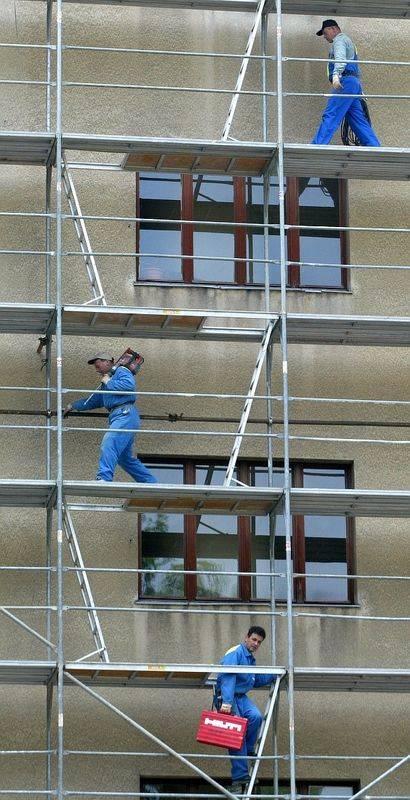 Od ponedeljka so dovoljena dela, ki se opravljajo na prostem, med njimi fasaderska dela. Foto: BoBo