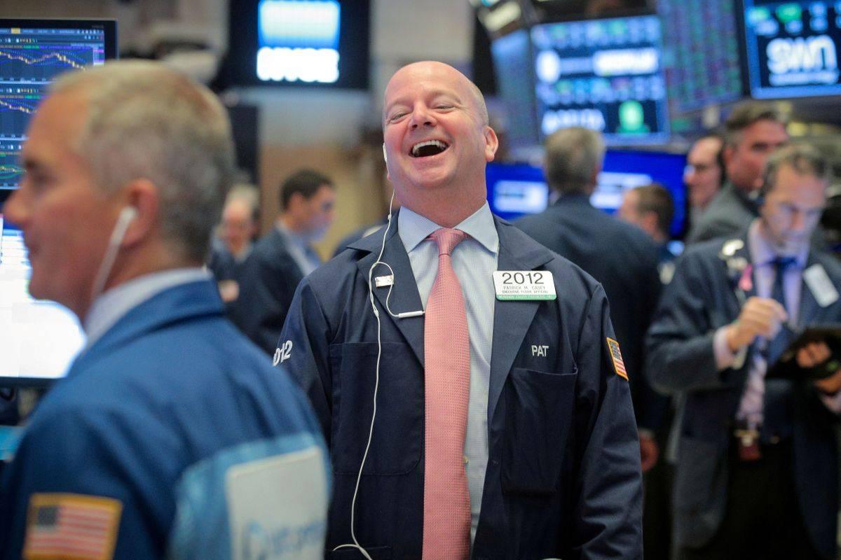 Potem ko je v tednu pred velikonočnimi prazniki newyorški indeks S&P 500 poskočil kar za 12 odstotkov (največ po letu 1974), se je v New Yorku rast nadaljevala tudi v zadnjem tednu, a seveda ne s tako ekstremnim zagonom. Indeks S&P se je zvišal za tri odstotke, Dow Jones za 2,2 odstotka, tehnološki Nasdaq pa za šest odstotkov. Foto: Reuters