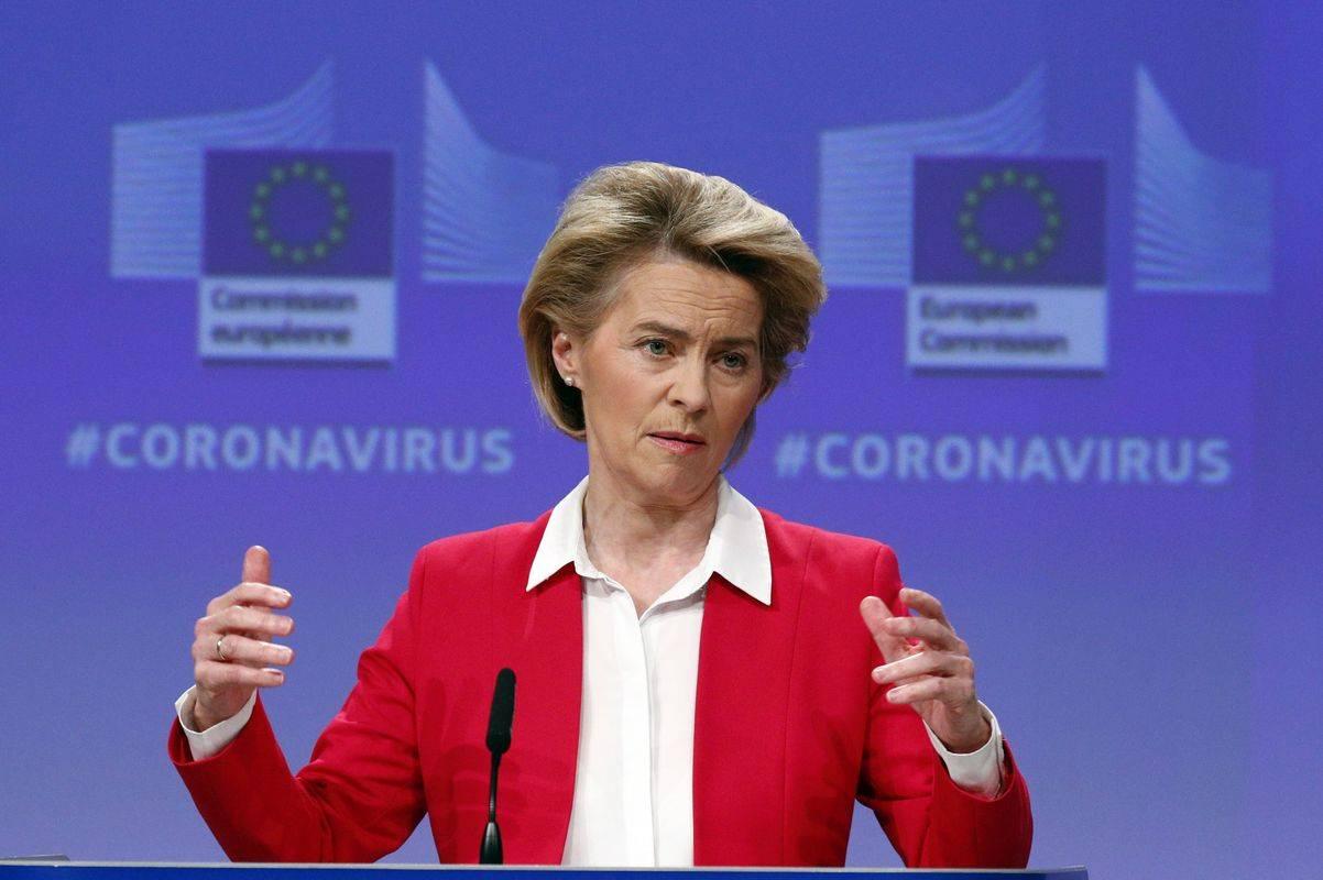 Predsednica Evropske komisije Ursula von der Leyen na novinarski konferenci v Bruslju, kjer je predstavila drugi sveženj zakonodajnih ukrepov. Prvi je vključeval naložbeno pobudo v vrednosti 37 milijard evrov s prvimi ukrepi za prožnost pri črpanju kohezijskih sredstev, razširitev uporabe solidarnostnega sklada in prekinitev izvajanja pravil o letaliških slotih. Foto: EPA