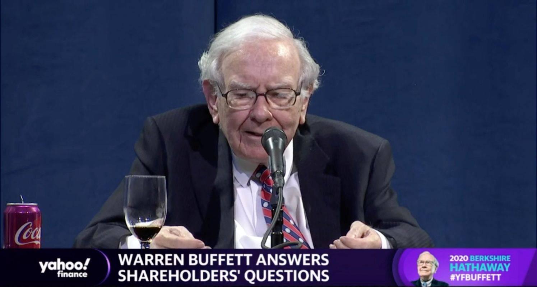 Legendarni Warren Buffet je moral prvič letno skupščino delničarjev izpeljati v spletnem prenosu, in ne pred prepolno dvorano v Omahi v Nebraski, kjer je sedež konglomerata Berkshire Hathaway. Foto: Reuters