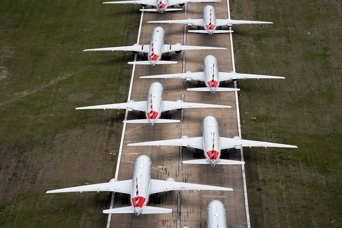 Zaradi pandemije so morale letalske družbe množično prizemljiti letala. Foto: Reuters