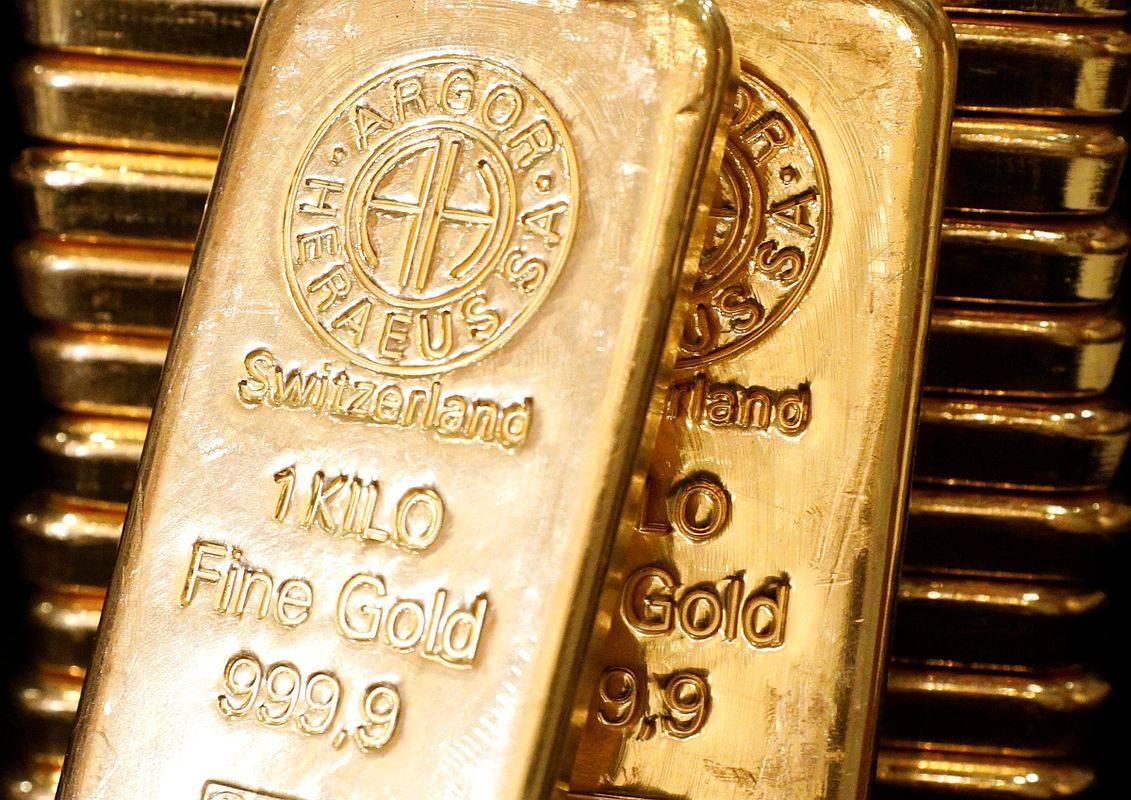 Še nikoli v zgodovini razmere niso bile tako naklonjene tistim, ki želijo zaslužiti z naložbami v zlato: svetovno gospodarstvo je na kolenih, obresti ničelne ali negativne, centralne banke in vlade pa neutrudno sprejemajo nove in nove reševalne pakete. Foto: Reuters