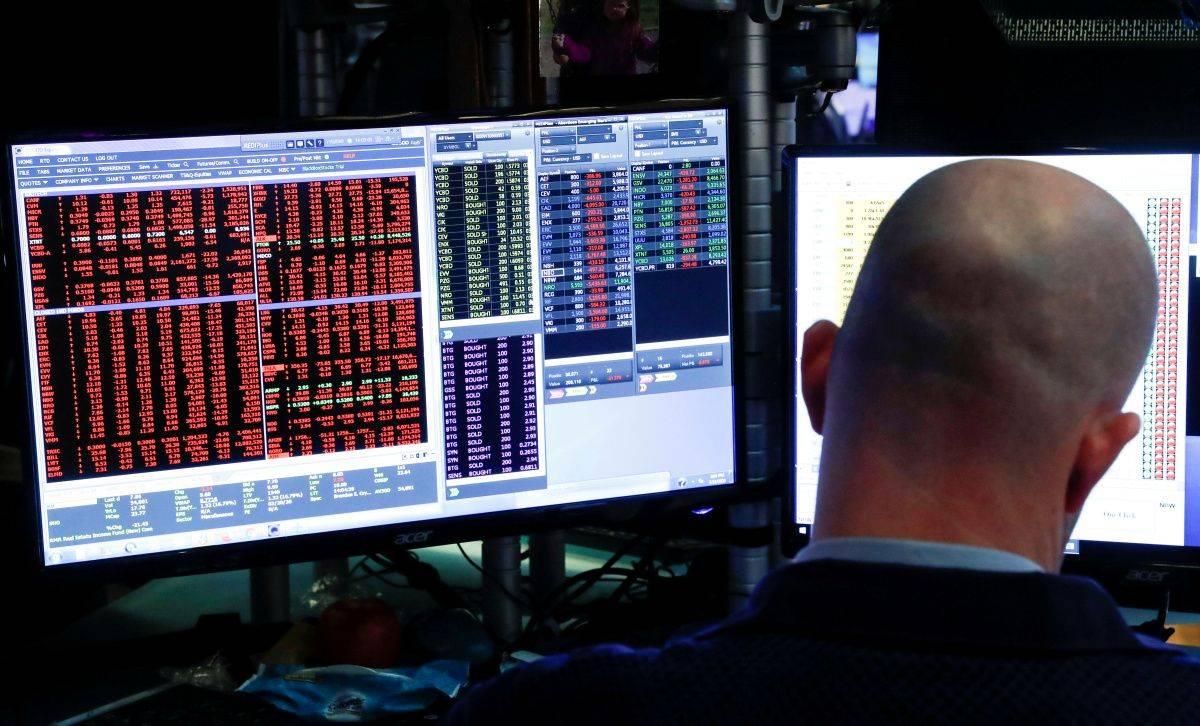 Dow Jones se je zadnji teden znižal za 3,3 odstotka in se komaj obdržal nad 25 tisoč točkami, frankfurtski DAX30 pa je izgubil skoraj dva odstotka in obstal nad 12 tisoč točkami. Foto: EPA