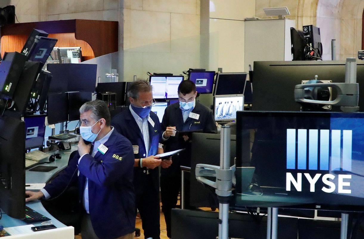 Newyorški delniški indeks Dow Jones je v zadnjem tednu (kljub številnim nasilnim protestom zaradi uboja temnopoltega Georgea Floyda) napredoval za 6,8 odstotka in se povzpel nad 27 tisoč točk. Po črnem aprilu, ko je brez službe ostalo 20,7 milijona Američanov, so analitiki pričakovali, da bo majska ameriška brezposelnost dosegla 19,8 odstotka, a so se močno zmotili. Brezposelnost je padla na 13,3 odstotka. Foto: Reuters
