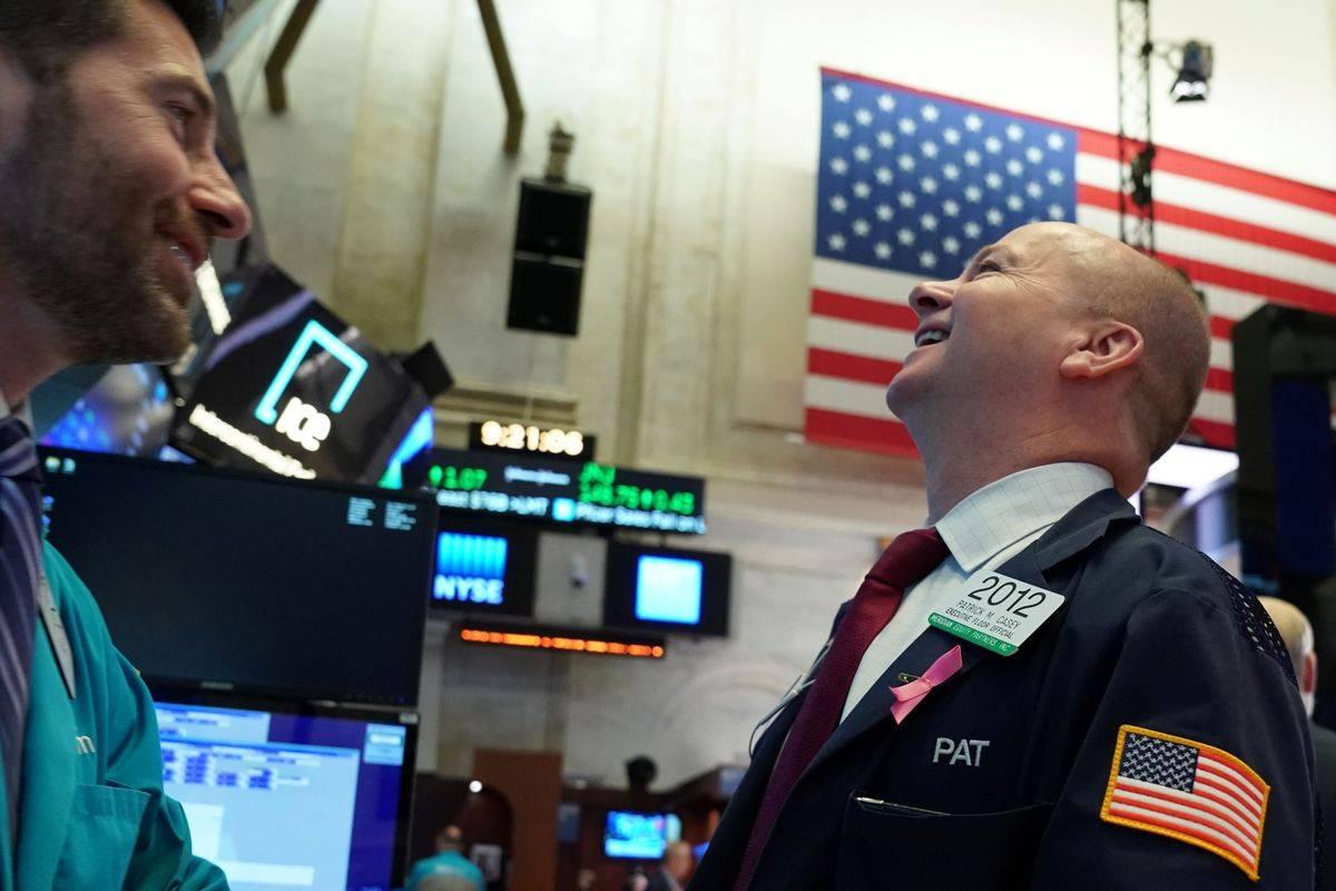 Newyorški Dow Jones je v skrajšanem tednu (v petek zaradi dneva neodvisnosti ni bilo trgovanja) pridobil več kot tri odstotke. Kar 4,8 milijona novih delovnih mest je v juniju ustvarilo največje svetovno gospodarstvo, brezposelnost pa je z majskih 13,3 zdrsnila na 11,1 odstotka. Foto: Reuters