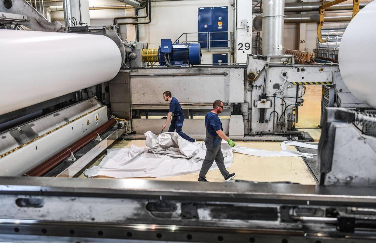 Proizvodnja v papirnici v Schwedtu v Nemčiji. Nemčija je največje evropsko gospodarstvo in najpomembnejša gospodarska partnerica Slovenije. Foto: EPA