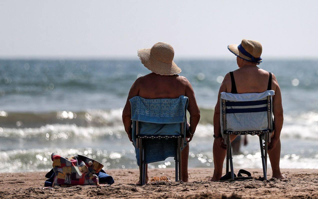 Turistični delavci po vsem svetu se zdaj večinoma opirajo na domače goste, ki pa jih pogosto ni dovolj za ublažitev izpadov. Foto: EPA