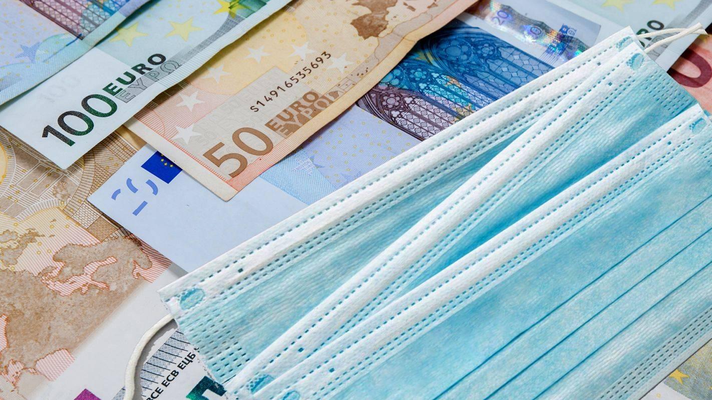 Zaradi epidemije novega koronavirusa bo v državni blagajni več kot 3 milijarde evrov minusa. Foto: Shutterstock