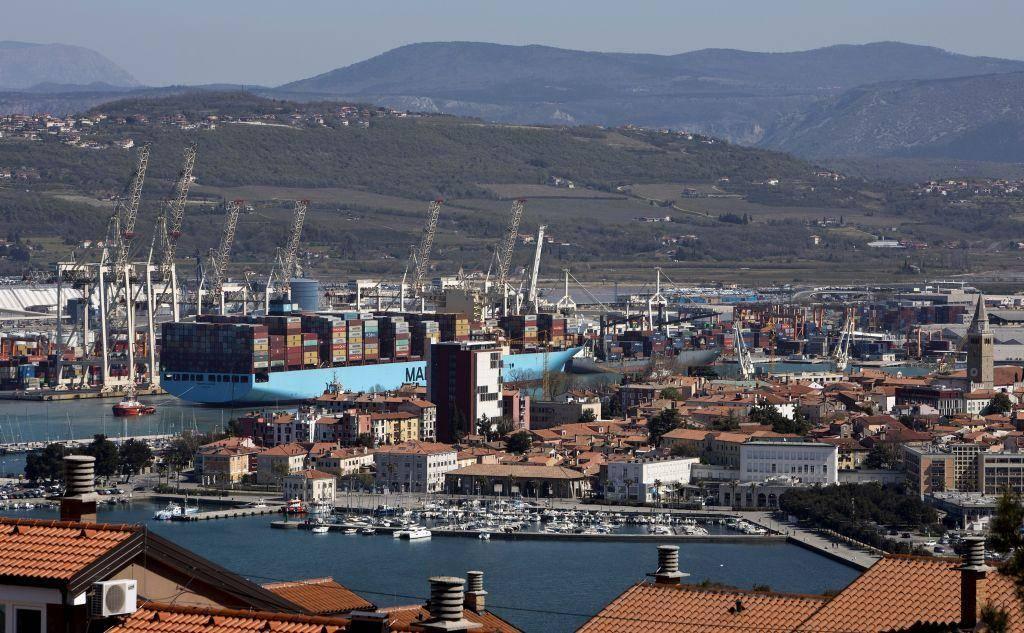 V skladiščnih rezervoarjih imajo vgrajene senzorje, videonadzor, protipožarni sistem in 24-urno fizično varovanje, zagotavljajo v koprskem pristanišču. Foto: BoBo