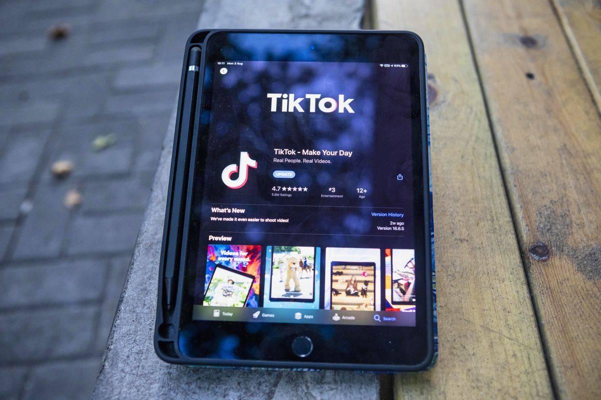 Aplikacija TikTok, ki je namenjena izmenjavi kratkih videov, ima po vsem svetu približno milijardo uporabnikov. Posebej je priljubljena med mladimi. Foto: EPA