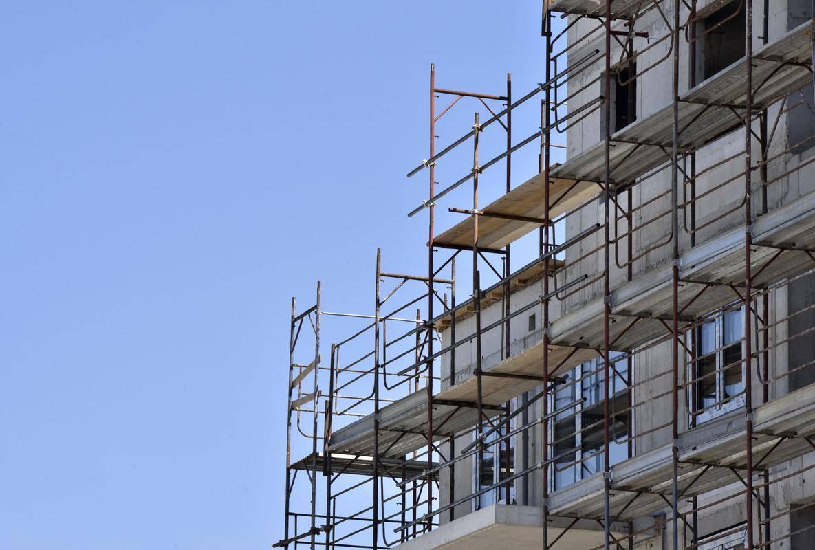 Temeljita prenova stanovanjskega področja bi pomenila uvedbo stroškovne najemnine, ki bi lastnikom javnih najemnih stanovanj - stanovanjskim skladom – omogočala pokritje amortizacije, stroškov in sredstva za investiranje v nove gradnje. Foto: BoBo
