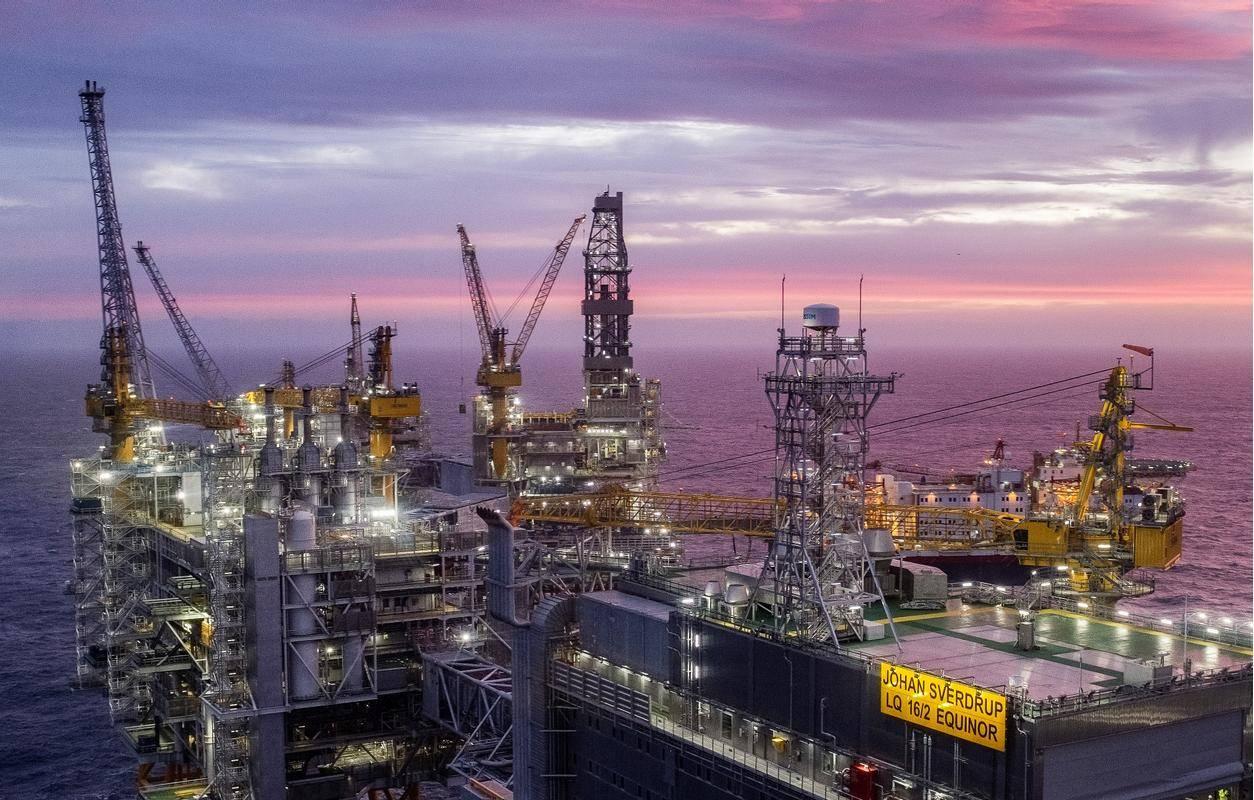 Pogled na naftno ploščad, ki leži 140 kilometrov od jugozahodne obale Norveške. Prihodki od nafte in zemeljskega plina so ključni za norveški proračun. Foto: EPA
