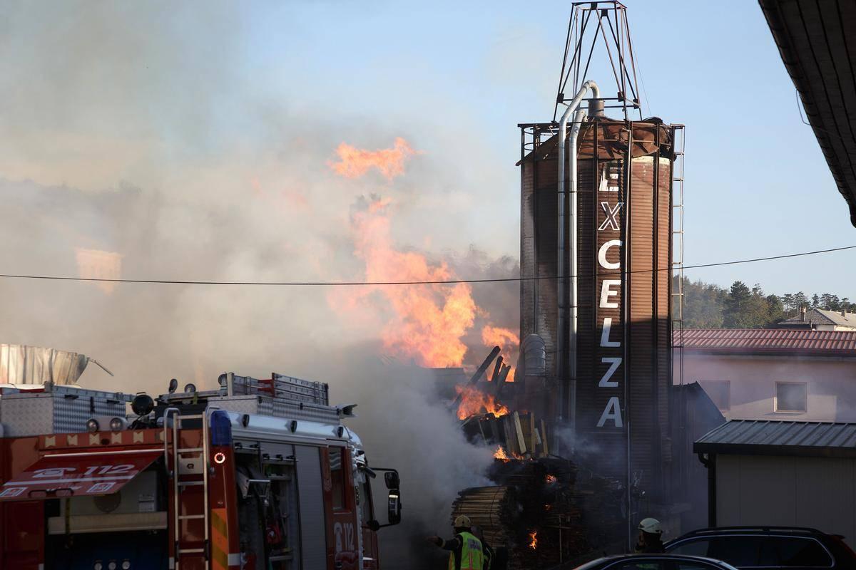 Požar v podjetju Excelza je gasilo več kot 100 gasilcev. Foto: BoBo