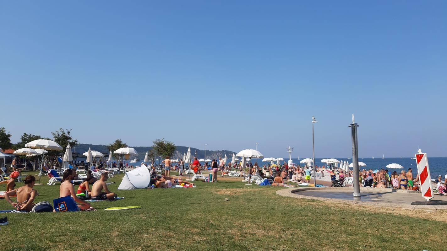 Tudi septembra je na slovenski obali gneča kot v špici sezone. Foto: Radio Koper/Andrej Šavko