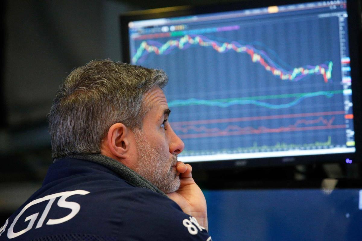 Po precejšnjih ponedeljkovih padcih se je na borzah v New Yorku v torek spet pokazala zelena barva, Dow Jones se je zvišal za pol odstotka, na 27.288 točk, Nasdaq pa za 1,8 odstotka, na 10.963 točk. Foto: Reuters