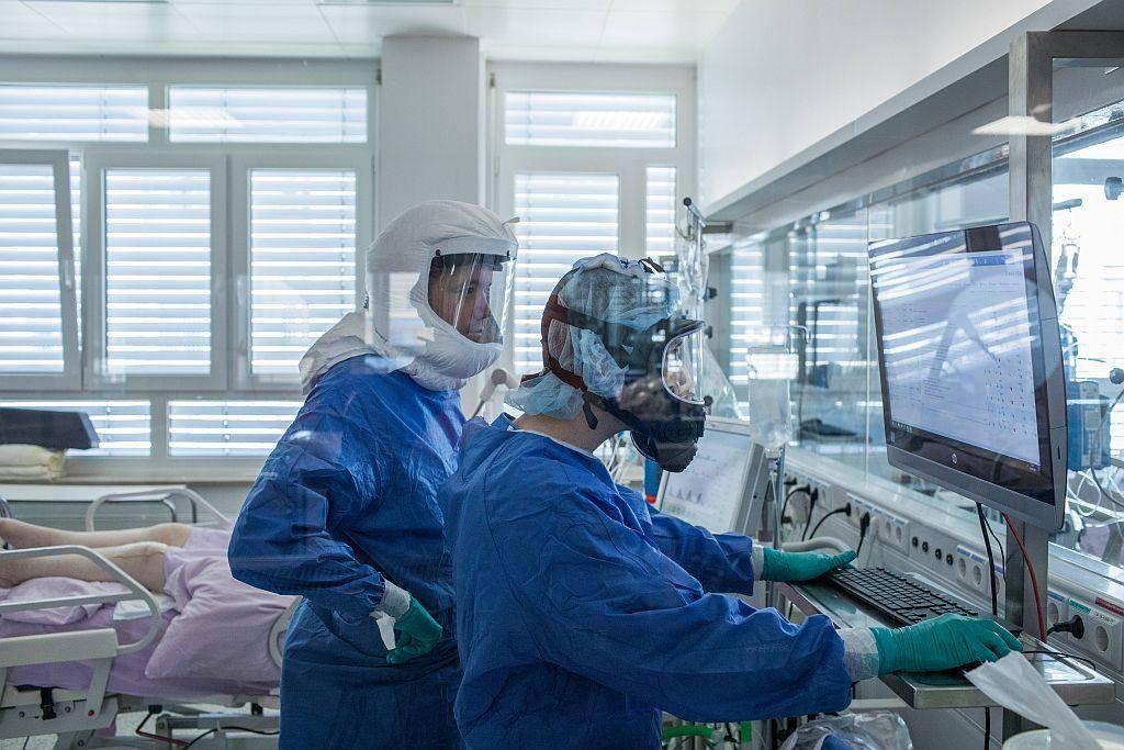 Dodatek za delo zdravstvenih in socialnih delavcev, ki delajo neposredno s covid-19 pacienti oz. v rdečih conah naj bi znašal 50 odstotkov bruto osnovne urne postavke. Foto: UKC Ljubljana/Matej Povše