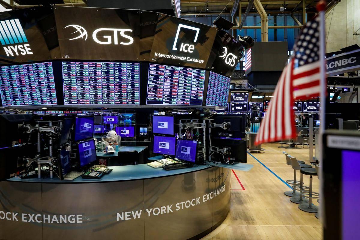 Parket na Newyorški borzi vrednostnih papirjev je zaradi novega koronavirusa bolj kot ne prazen, a zanimanje vlagateljev za delnice ameriških korporacij (predvsem tehnoloških) ne pojenja. Newyorški indeks S & P 500 je letos za osem odstotkov v plusu, Nasdaq celo za 20. Foto: Reuters
