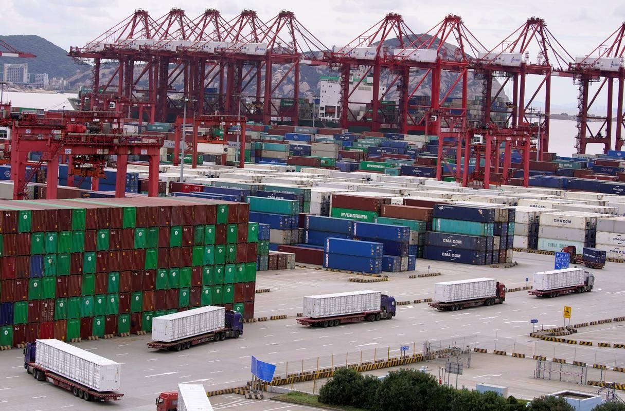 Izvoz se povečuje. Prizor iz pristanišča v Šanghaju. Foto: Reuters