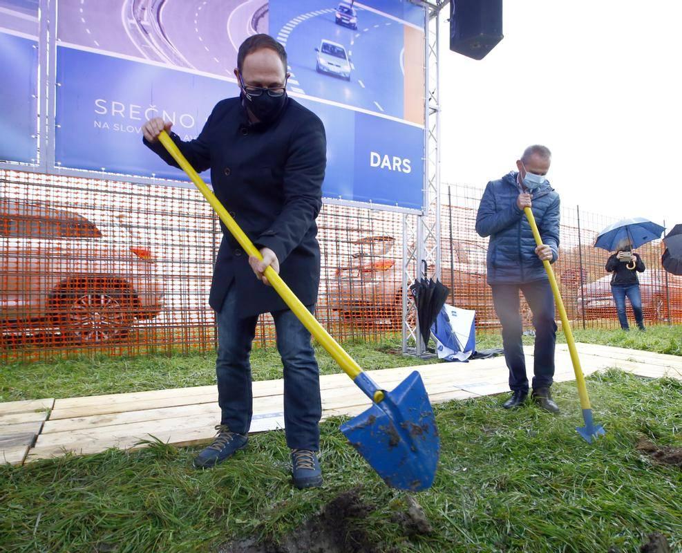 Minister Vrtovec si želi, da bi prihodnje leto zasadili prvo lopato tudi na južnem delu tretje razvojne osi. Foto: BoBo/Borut Živulović