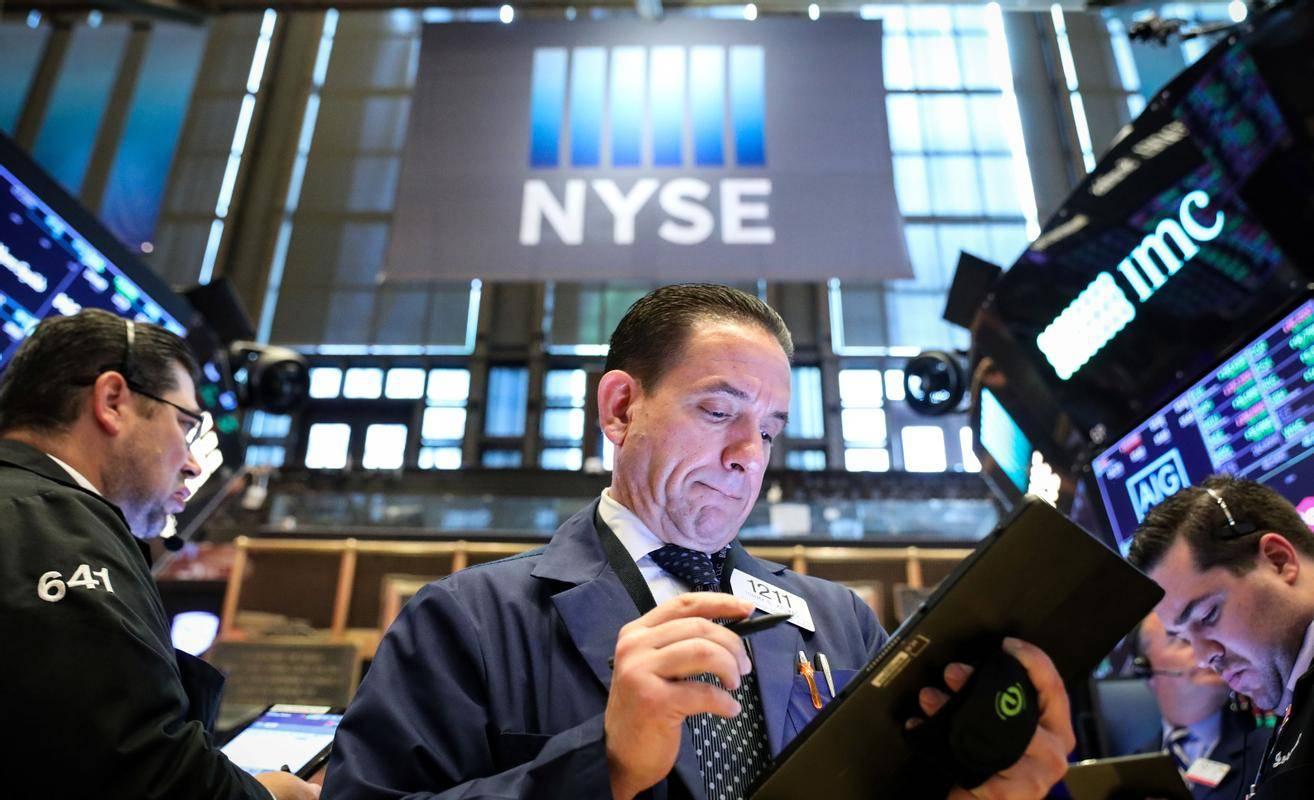 Čeprav v številnih gospodarstvih spet uvajajo stroge omejitve zaradi epidemije covida-19, so delniški indeksi v New Yorku zelo blizu rekordnim vrednostim. Foto: Reuters