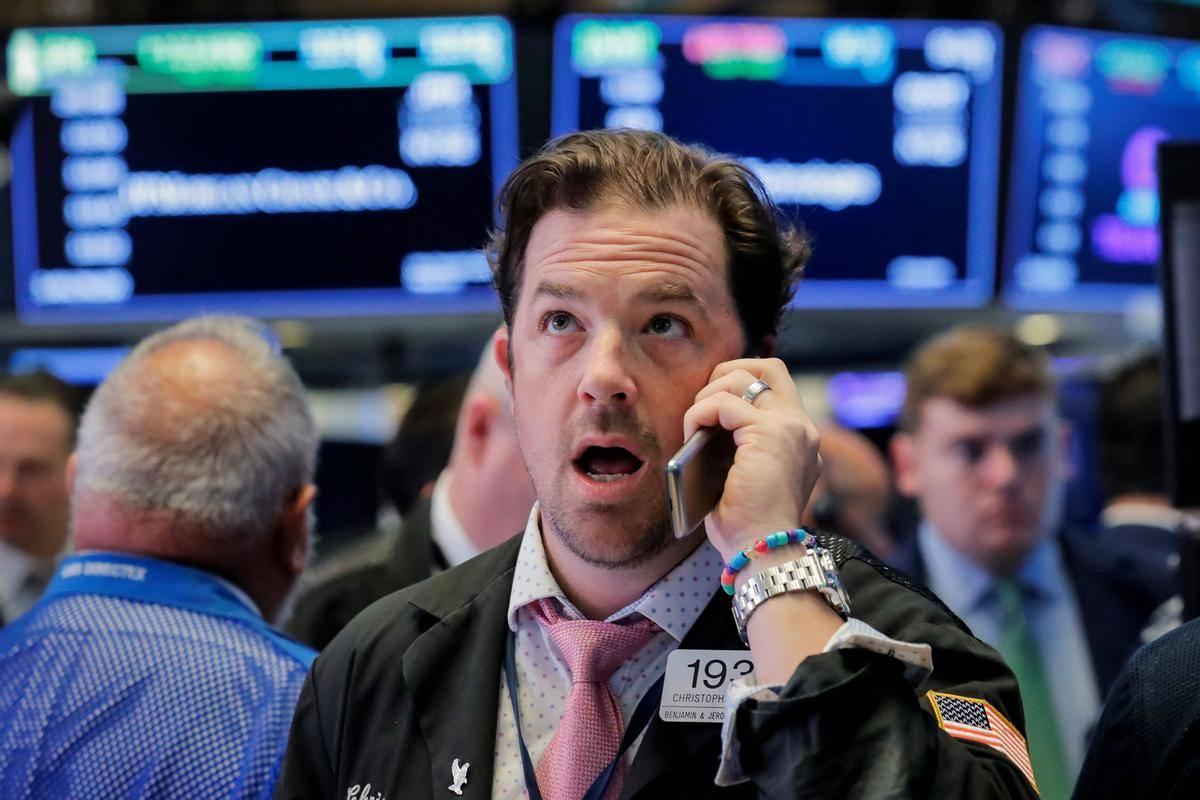 En dan gor, drugi dan dol: po petkovih padcih in lepih ponedeljkovih pribitkih so newyorški delniški indeksi v torek spet izgubljali, potem ko je Donald Trump sporočil, da pred volitvami ne gre pričakovati dogovora o novih fiskalnih spodbujevalnih ukrepih. Dow Jones se je znižal za 1,34 odstotka in zdrsnil globoko pod 28 tisoč točk. Foto: Reuters