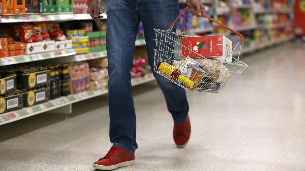 Na trgovinski zbornici menijo, da bodo posledice zaprtja v času, ko se gospodarstvo spopada s koronsko krizo, hude. Foto: Reuters