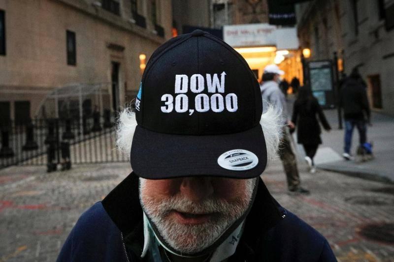 Veselje borznih posrednikov po novem mejniku: newyorški Dow Jones je v torek prvič presegel 30 tisoč točk in segel vse do 30.116 točk. V celotnem tednu je pridobil 2,2 odstotka. Foto: Reuters