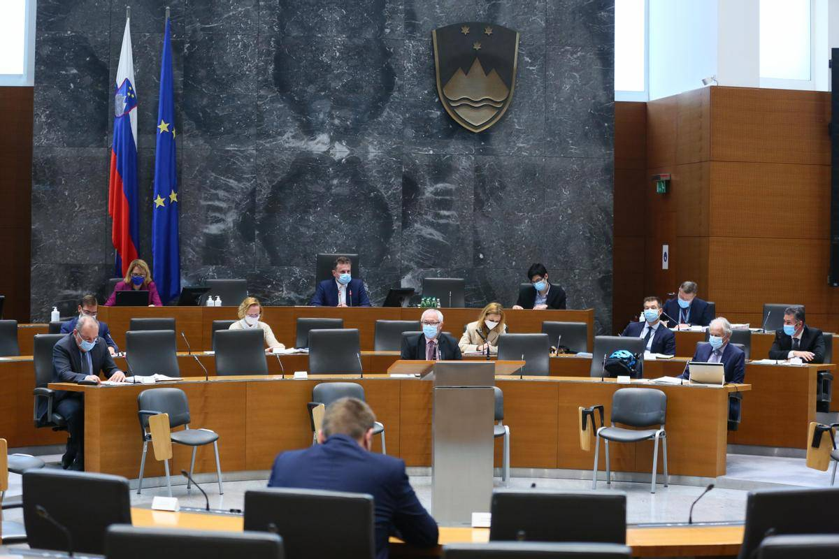 K predlogu proračuna za leto 2022 so poslanske skupine opozicije vložile 37 dopolnil v skupni vrednosti skoraj ene milijarde evrov, od katerih odbor za finance kot matično delovno telo ni podprl nobenega. Foto: Matija Sušnik/DZ