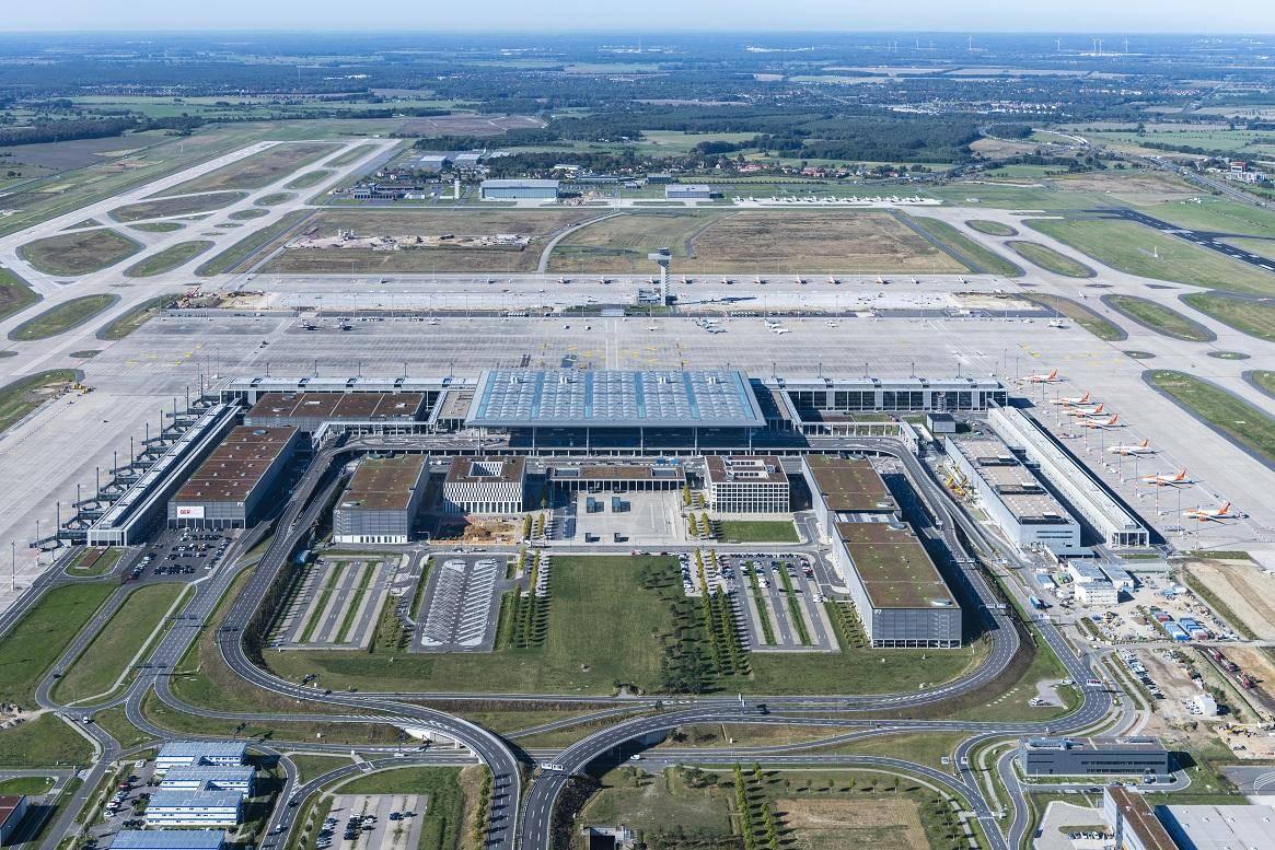 Letalske družbe se bodo od tega konca tedna postopoma selile z letališča Tegel na letališče BER. Vsak dan več jih bo vzletalo in pristajalo tu. Prve dni bo tako delovala le ena vzletno-pristajalna steza, od četrtega novembra bosta v uporabi obe. Foto: Günter Wicker/Flughafen Berlin Brandenburg GmbH